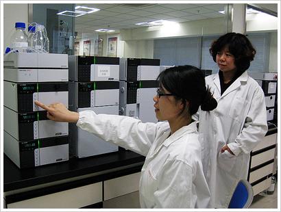北京分析中心郝红元博士和邓晓丽博士 在CNAS评审现场盲样检测中